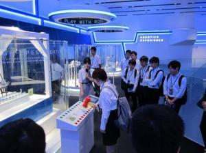 ロボットを見学する学生の写真