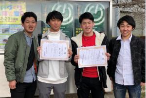 機械加工競技に出場した4名の選手の写真