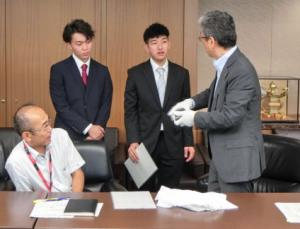 磯田部長と選手の写真