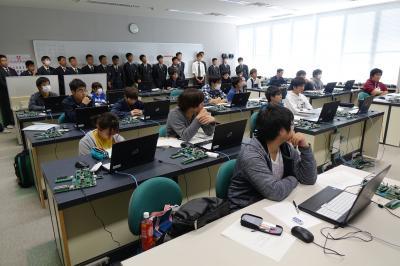 電子システム技術科の実習見学の写真