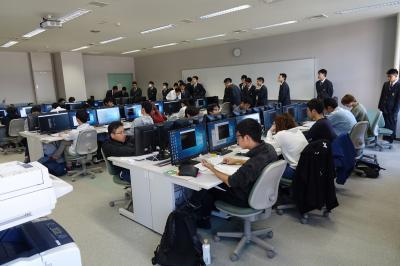 情報システム技術科の実習見学の写真